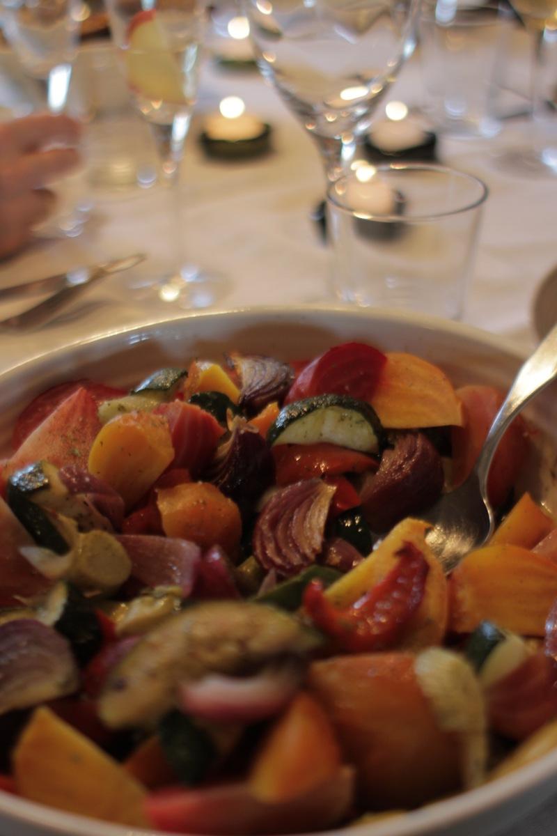 Klassisk svinesteik med bakte grønsaker